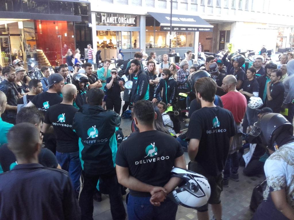 Protest doručovateľov firmy Deliveroo v centre Londýna, 12. augusta 2016