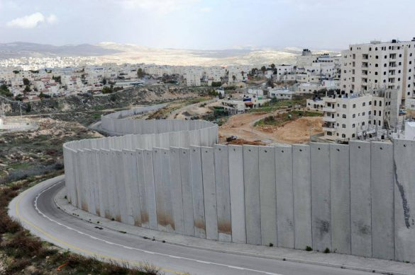 Jeden svet propaguje jeho systematické, opresívne rozdeľovanie (Foto: palestínsky utečenecký tábor Shuafat, vpravo, a izraelská okupačná osada Pisgat Ze'ev, vľavo, 2012, zdroj: upi.com)